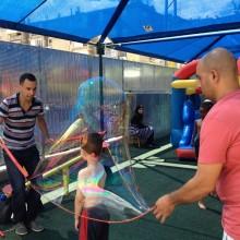 הפעלת בועות סבון ענקיות בגן ילדים