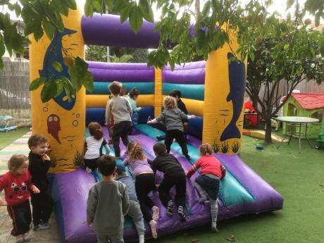 השכרת מתנפח קפיצה סגול בגן ילדים