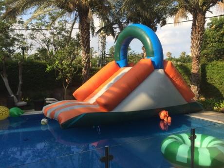 מתנפח מים לילדים בבריכה